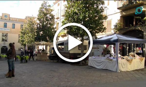 Un mercat menusal de proximitat ajuda a dinamitzar l'entorn de la plaça Major