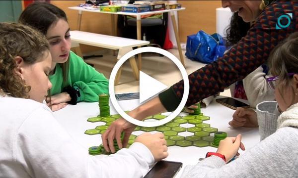 Els adolescents redescobreixen els jocs de taula al Casal Jove