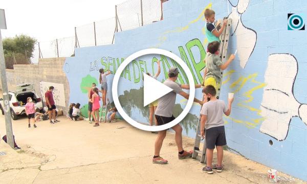 Un mural amb simbologia selvatana decora l'entrada del Camí del Rec